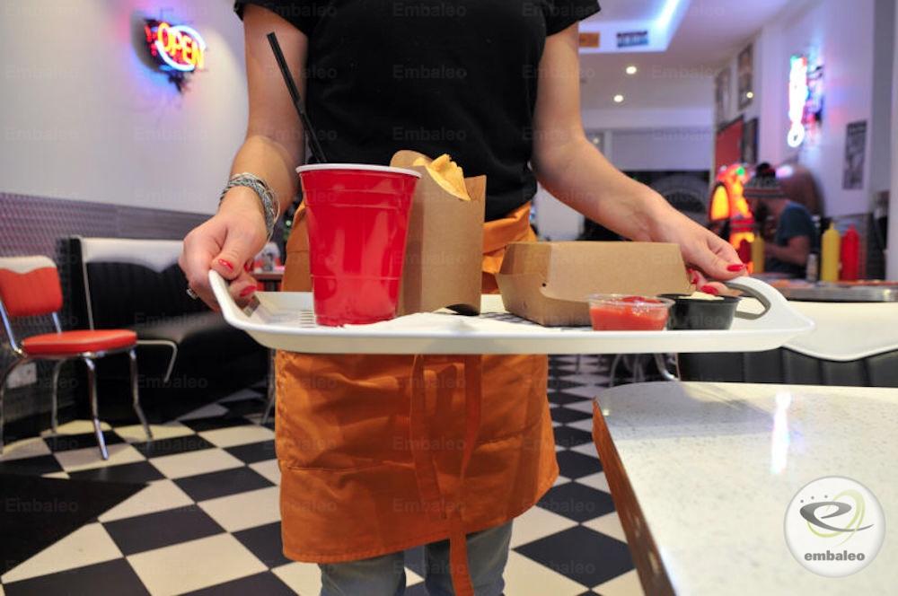 Plateau avec emballage burger et cornet de frites